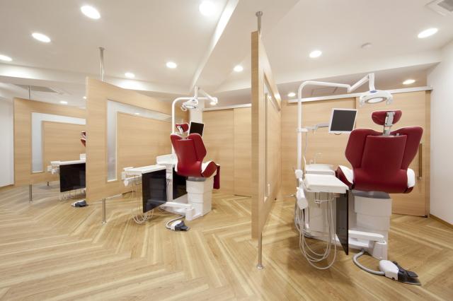 木目調の温かく落ち着いた雰囲気にリニューアルしたことで、患者様からも大変好評を得ています。当院は三角形のような特殊なフロア形状なのですが、収納スペースを増やす工夫などがされていて、とても働きやすい環境になっています。